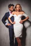 站立用在臀部的手的热的典雅的时尚夫妇 免版税库存照片