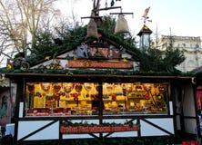 站立用姜饼和甜点在公平的圣诞节 库存图片