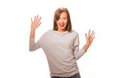 站立用手手的美丽的愉快的少妇 免版税库存图片
