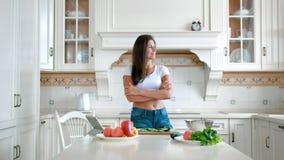站立用横渡的手的白色豪华厨房的轻率冒险现代俏丽的主妇 股票视频