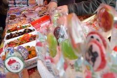 站立用糖果、许多盘子有haribo的象甜点和糖果 免版税库存图片