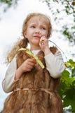 站立白肤金发的女孩沉思 免版税库存照片