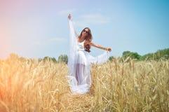 站立白色的礼服的美丽的小姐  库存图片