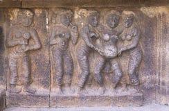 站立的分娩场面墙壁上的雕塑  免版税库存照片