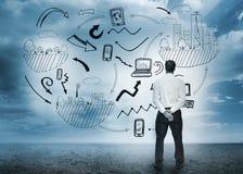 站立的商人看企业流程图 免版税库存图片