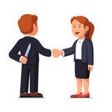 站立的女商人和的人握手 免版税库存照片
