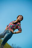 站立的牛仔裤的美丽的妇女微笑 库存照片