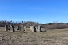 3站立的石头圈子类似巨石阵,但是位于小农村社区华莱士新斯科舍春天 免版税库存图片