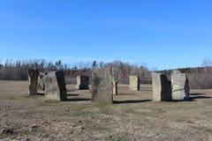 站立的石头接近的圈子类似巨石阵,但是位于小农村社区华莱士新斯科舍春天 免版税图库摄影