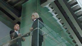 站立的谈论两的企业经营者在二楼上事务 股票视频