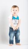 站立的婴孩握手指感兴趣 免版税库存照片