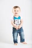 站立的婴孩握看起来的手逗人喜爱 库存照片