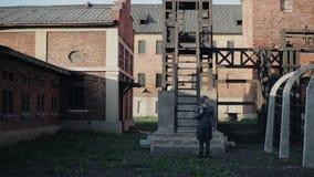 站立直接外部集中营大厦的一名年轻德国士兵 WW2再制定 股票视频