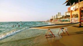 站立站立在海海滩的支持的明轮船hasake在抢救驻地附近 免版税库存照片