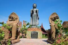 站立菩萨雕塑的看法,在一个晴天 Wat Thammikarat在古镇 免版税库存图片