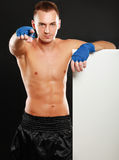 站立近委员会和指向的年轻拳击手人 免版税库存图片