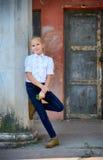 站立近的专栏的小女孩 免版税库存照片