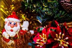 站立近的圣诞树3的圣诞老人五颜六色的小雕象 免版税库存图片