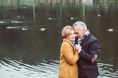 站立近的湖的美好的成熟夫妇 免版税库存照片