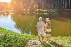 站立近的水的老夫妇 库存照片