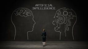 站立黑墙壁,手写人头形状, '人工智能的'概念的女实业家在黑板 皇族释放例证