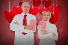 站立更旧的夫妇的综合图象拿着被伤的桃红色心3d 库存照片
