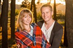 站立年轻爱恋的夫妇拥抱 免版税库存图片