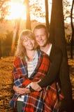 站立年轻爱恋的夫妇拥抱 库存照片