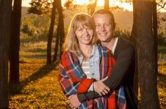 站立年轻爱恋的夫妇拥抱 免版税图库摄影