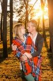 站立年轻爱恋的夫妇拥抱 图库摄影
