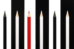 站立从黑白家伙人群的红色铅笔bw条纹背景的 领导uniq的企业成功概念 免版税库存照片
