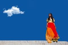站立年轻美丽的传统印地安的妇女户外 库存图片
