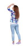 站立年轻美丽的红头发人妇女后面看法 免版税库存照片