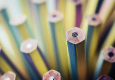 站立从直言部分的一支新的铅笔 领导,单 库存照片