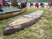 站立paddleboard在MR340种族结束  免版税库存图片