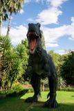 站立Spinosaurus的咆哮前面在珀斯动物园里显示模型 免版税库存图片