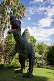 站立Spinosaurus的咆哮前面在珀斯动物园里显示模型 库存照片