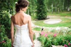 站起来在小山的新娘 免版税库存照片