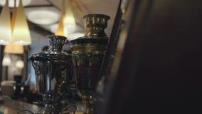 站起来在现代客栈关闭的酒吧柜台的两美丽的发光的俄国式茶炊 有美丽的富有的舒适的地方 股票录像