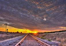 竞争与太阳的卷积云 免版税库存照片