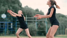 竞争在一次专业沙滩排球比赛的妇女 在2名妇女期间,防御者试图停止射击 影视素材