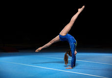 竞争在体育场内的年轻体操运动员画象  库存照片