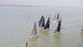竞争在快速40航行的种族的游艇 股票视频