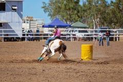 竞争在桶的女牛仔赛跑竞争在圈地 免版税库存照片