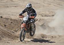 竞争在沙漠的越野土自行车召集 免版税图库摄影