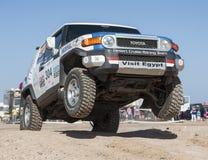 竞争在沙漠集会的越野卡车 库存图片