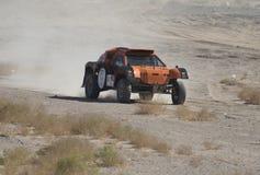 竞争在沙漠集会的越野卡车 免版税库存照片