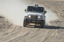 竞争在沙漠集会的越野卡车 免版税图库摄影