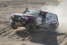 竞争在沙漠集会的越野卡车 库存照片