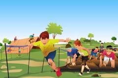 竞争在障碍连续路线竞争中的孩子 免版税库存图片